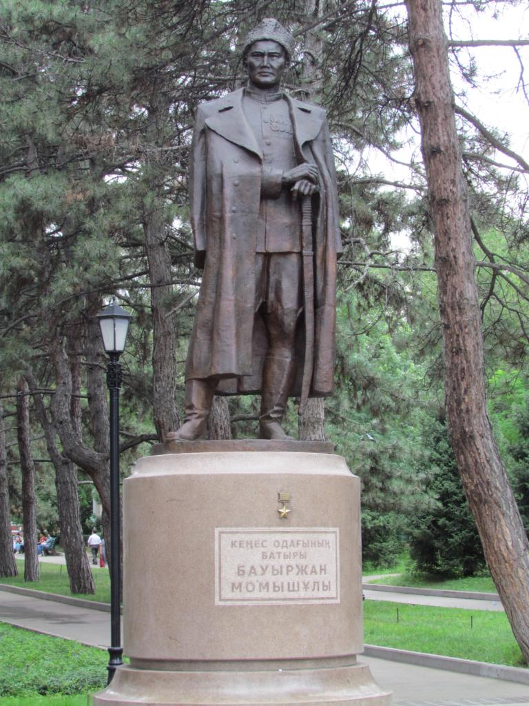 Менеджмент в военное время: Памятник Баурджану Момыш-Улы